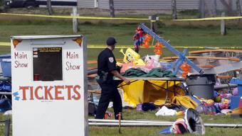 Suche nach Erklärungen, warum das Zirkuszelt in Lancaster im US-Bundesstaat New Hampshire trotz Sturmwarnung nicht evakuiert wurde und deswegen Menschen sterben mussten.