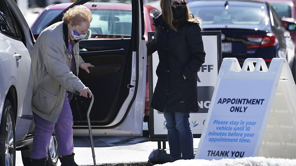 Eine ältere Frau kommt zu einer Corona-Impfstelle im Augusta Civic Center in Augusta, Maine. Foto: Robert F. Bukaty/AP/dpa