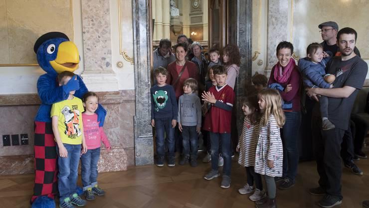 Globi als Hauptattraktion beim Tag der offenen Tuer fuer Familien am Samstag, 18. Mai 2019 im Bundeshaus. (KEYSTONE/Lukas Lehmann)