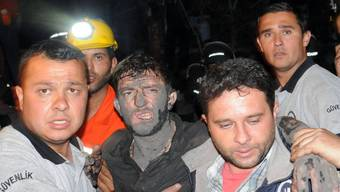 Glück gehabt: Dieser Kumpel wird aus türkischer Mine geborgen