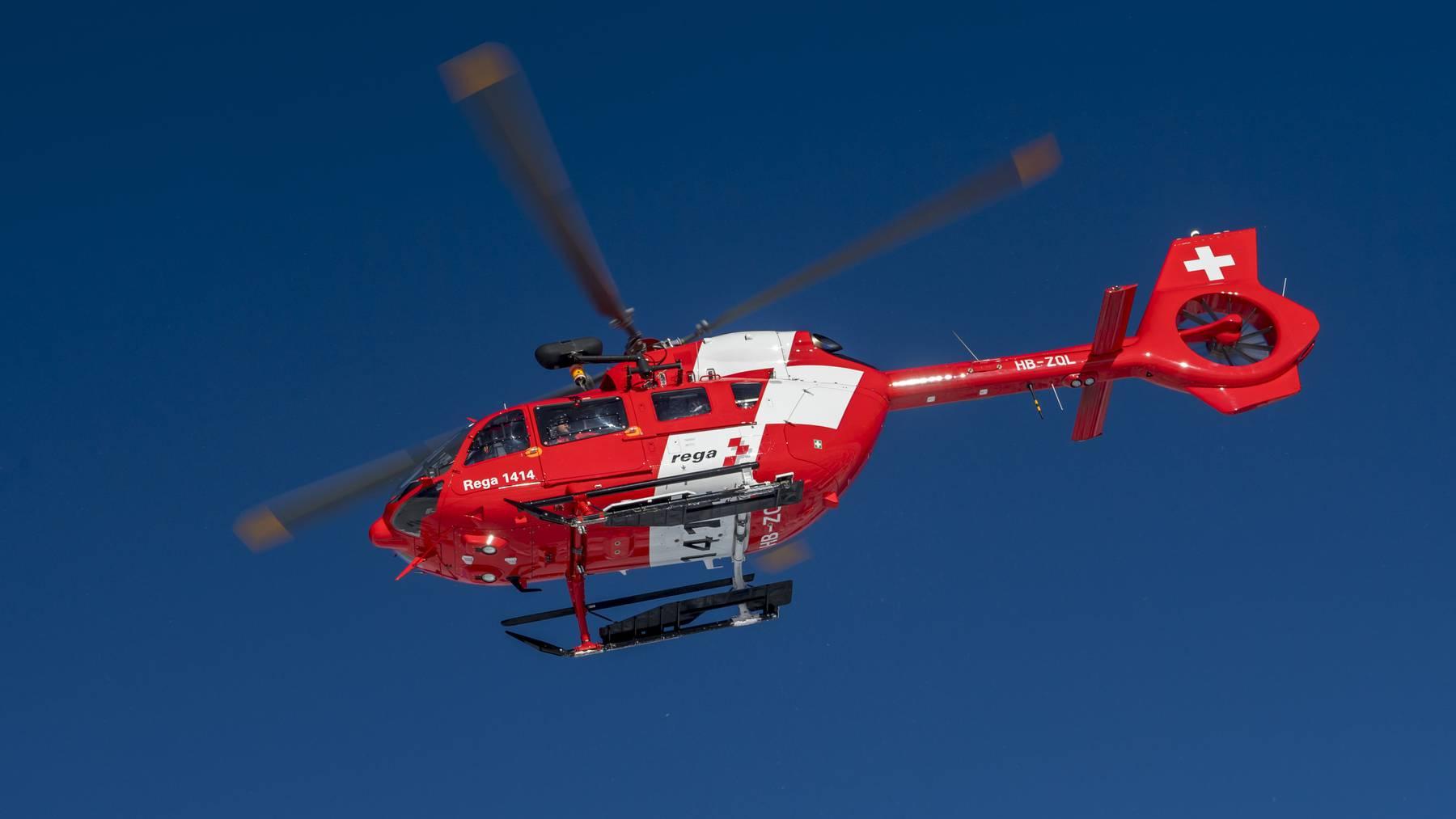 Ein Helikopter der Rega im Einsatz.