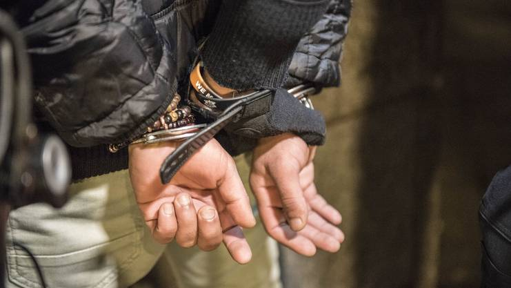Die Handschellen klicken: Der Mann dürfte sich nicht auf dem «Alex» aufhalten.