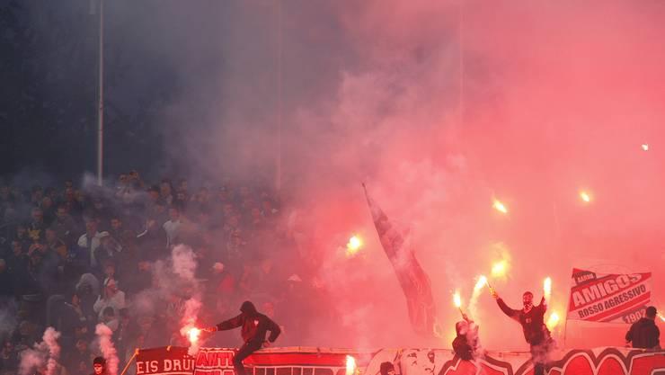 Rote Wolke über den GC-Fans im Brügglifeld