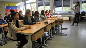 Technikwoche in der Kanti Limmattal: Wenn Chemie-Ingenieurin Thalia Meyer die Grundlagen der Solarenergie erklärt, hört die Klasse konzentriert zu.