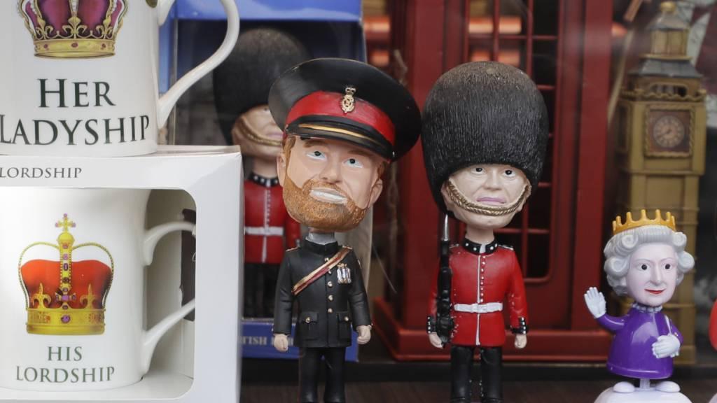Der in der Mitte verabschiedet sich ins Privatleben: Souvenirfiguren in einem Londoner Schaufenster-