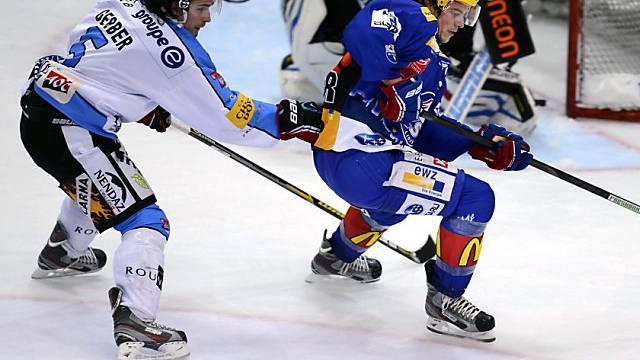 Fribourgs Lukas Gerber (l.) versucht Roman Wick zurückzuhalten.