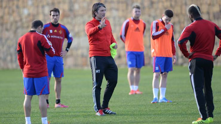 Matias Delgado (2.v.l.) hört Trainer Murat Yakin konzentriert zu.