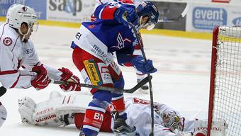 Klotens Stürmer James Sheppard versucht erfolglos, die Scheibe an Lausanne-Goalie Cristobal Huet vorbeizubringen