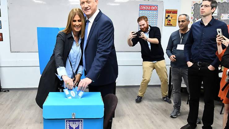 Benny Gantz, Herausforderer des israelischen Ministerpräsidenten Benjamin Netanjahu, und seine Frau geben ihre Stimmen für die Parlamentswahl ab.