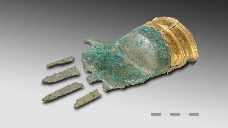 Die Hand von Prêles ist aus Zinnbronze gegossen und wiegt beinahe 500 g. Das Goldblech im Bereich des Armansatzes ist mit feinen Kreisaugen verziert.