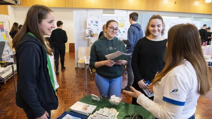 Schülerinnen erkundigen sich zu Berufsbilder. (Auf dem Bild: Berufsmesse an der Oberstufe in Weiningen, März 2019)