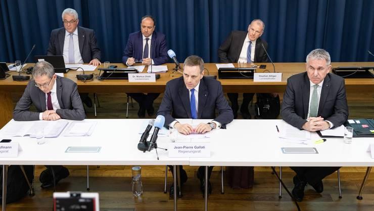 Der Gesamtregierungsrat informiert über die Corona-Massnahmen im Aargau – damit der Abstand zwischen den Regierungsmitgliedern gross genug ist, wurde ein zusätzlicher Tisch aufgestellt