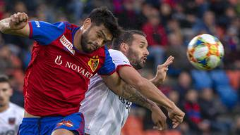 Raphaël Nuzzolo (rechts) schoss den Treffer von Xamax und brachte die Basler Verteidigung um Omar Alderete einige Mal in Verlegenheit