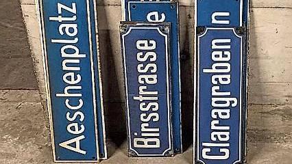 Diese Schilder werden am Freitag verlost.