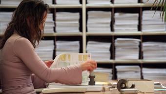 Eine festangestellte Mitarbeiterin des Steueramtes sortiert und stempeltdie laufend einkommenden Steuererklärungen ab - immer mehr Gemeinden haben Mühe, ihre Steuerämter selber zu führen. (Symbolbild)