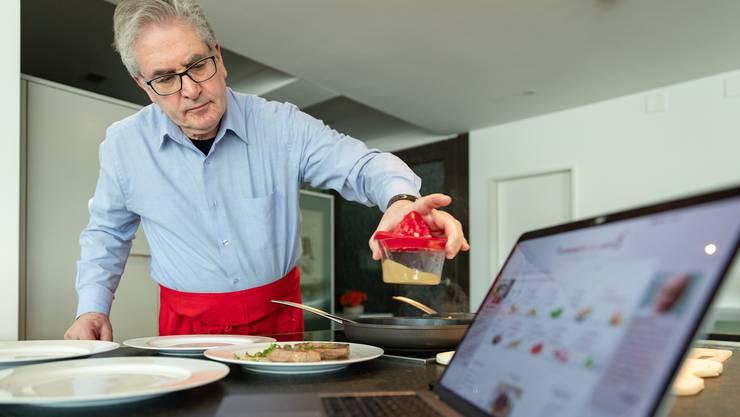 Dieter Kuhn beim Zubereiten des Mittagessens in Aarau. Das Rezept stammt von der von ihm mitkreierten App «CompactCook».