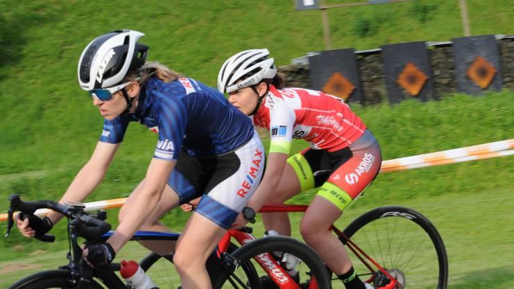 Das Ausscheidungsfahren der Frauen wurde von Sandra Weiss (in blau) vor Junioren-Meisterin Noemi Rüegg gewonnen.