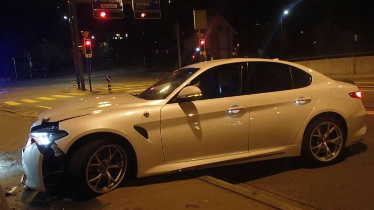 In der Nacht kollidierte ein Autofahrer mit einer Brückenmauer