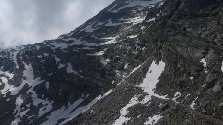 Der 72-jährige Japaner ist beim Wandern in der Nähe von Saas-Almagell VS über ein 15 Meter hohes Felsband gestürzt. Er erlag noch auf der Unfallstelle seinen schweren Verletzungen.