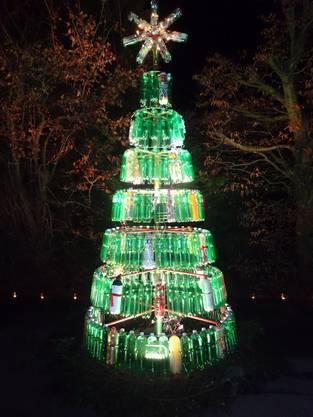 Das ganze Quartier hat an der Entstehung dieses PET-Weihnachtsbaumes mitgeholfen.