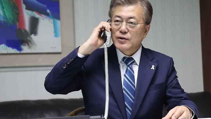 Südkoreas Präsident Moon Jae am Apparat: Die Telefonleitung zwischen Nord- und Südkorea soll wieder geöffnet werden. (Archivbild)