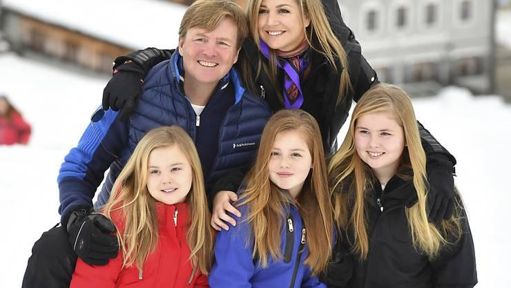 Die niederländischen Royals am Montag bei ihrem traditionellen Skiferien-Fototermin in Lech. V.l.: Prinzessin Alexia, König Willem-Alexander, Prinzessin Ariane, Königin Maxima und Prinzessin Amalia.