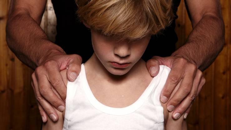 Einschlägig vorbestrafte Sexualstraftäter sollen nie wieder mit Kindern arbeiten dürfen - weder beruflich noch ehrenamtlich. Wie die Pädophilen-Initiative im Detail umgesetzt werden soll, ist im Nationalrat umstritten. (Symbolbild)