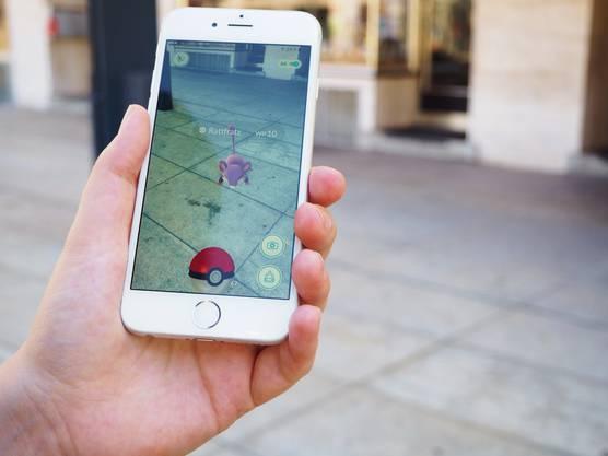 Mit dem Pokéball fängt man Pokémons