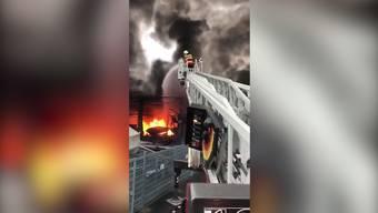 Kurz nach Mitternacht brach in einer Bootswerft an der Seestrasse ein Feuer aus. Rund zehn Boote und mehrere Fahrzeuge fielen den Flammen zum Opfer. Verletzt wurde niemand. Laut der Kantonspolizei Schwyz standen rund 180 Feuerwehrleute im Einsatz. Sie konnten den Brand am frühen Morgen eindämmen.