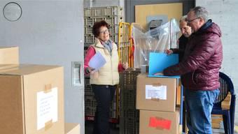 Mary Fiechter nimmt Pakete entgegen.