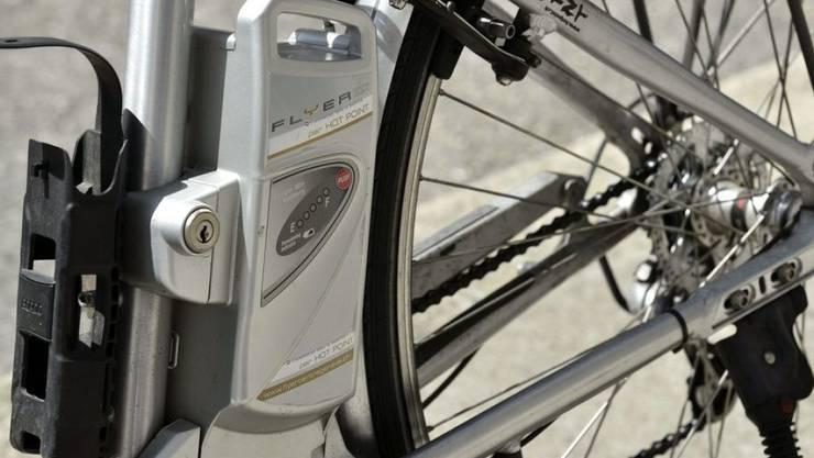 Leistungsstarke Lithium-Ionen-Batterien wie beispielsweise in E-Bikes können explodieren. Forscher haben nun einen alternativen, nicht entflammbaren Elektrolytkörper entwickelt. (Symbolbild)
