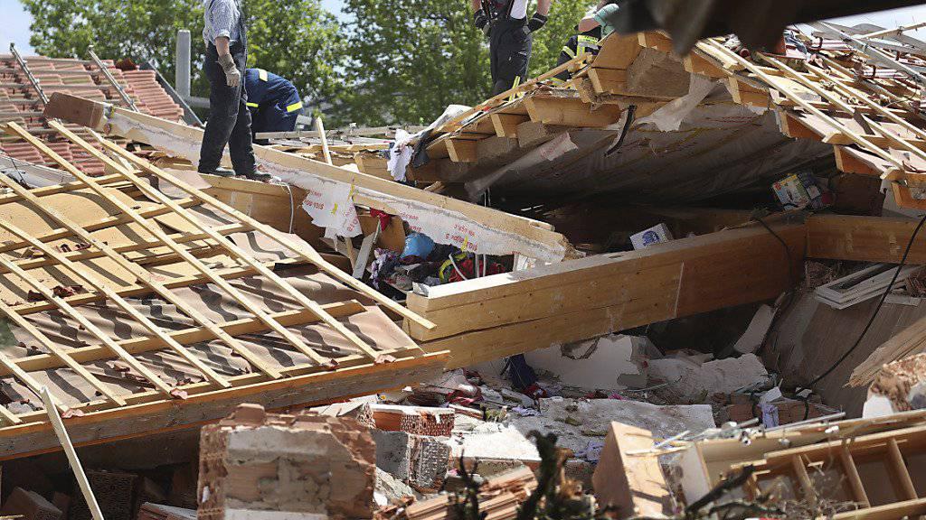 Bei einer Explosion in einem dreistöckigen Wohnhaus im Ostallgäu sind mehrere Bewohner verschüttet worden. Einsatzkräfte konnten am Sonntag zunächst eine Frau schwer verletzt aus den Trümmern bergen. Vermisst wurden gegen Mittag noch ein Erwachsener und ein Kind.
