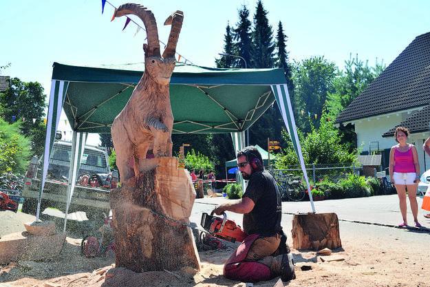 Kreativwettbewerb: Die Teilnehmer schnitzen aus einem Holzblock Figuren.