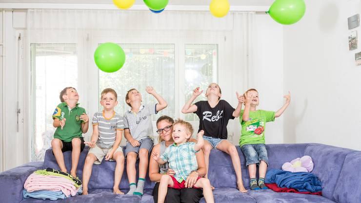 Die Urdorfer Tagesmutter Ramona Allaz geniesst ihren 32. Geburtstag mit Thierry (8), Fabrice (6), Nicolas (6), Adrien (3), Séverine (10) und Jamie (5). (v.l.)