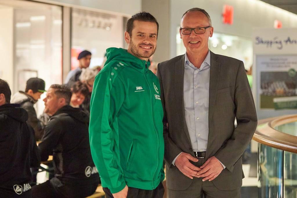 Barnetta posiert mit Shopping-Arena-Centerleiter Marc Schäfer. (© zVg)