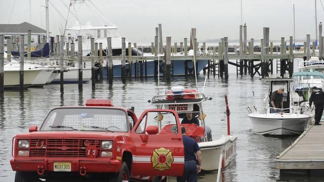 Feuerwehrmänner in New Jersey ziehen ein Rettungsboot an Land