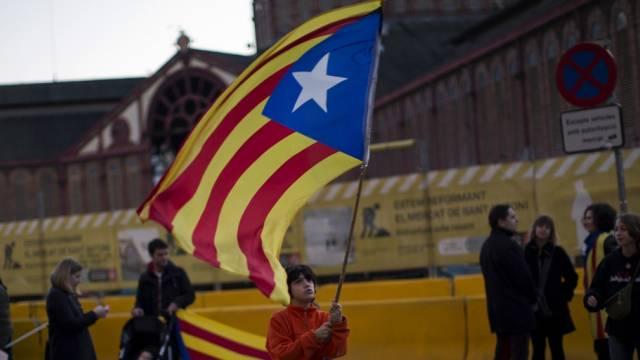 Ein Junge schwingt eine Unabhängigkeits-Fahne in Barcelona (Archiv)