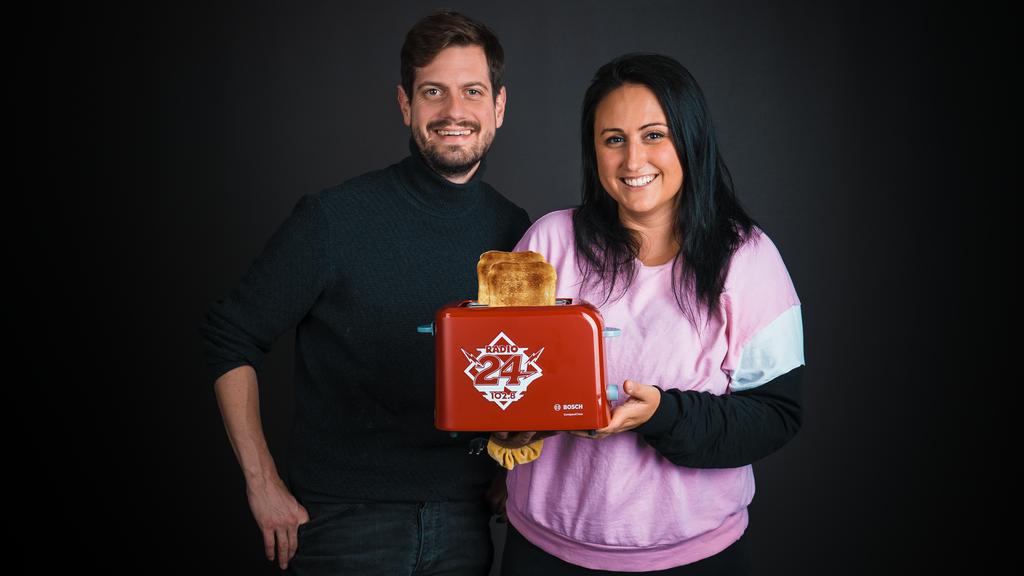 Schlage Nina und Dominik und gewinne einen brandneuen Radio 24-Toaster