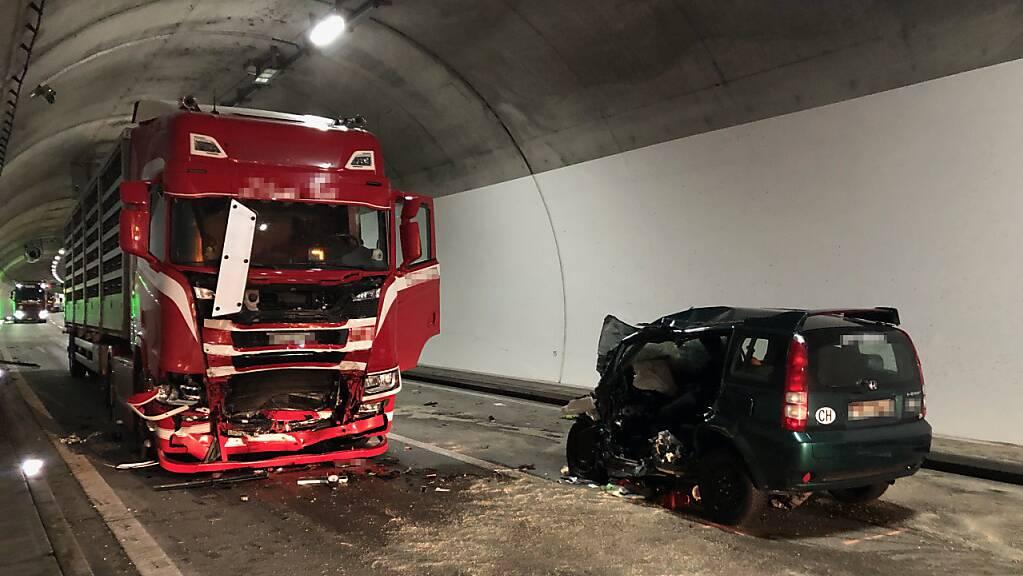 In einem Tunnel der A3 am Walensee ist ein Auto mit einem Sattelschlepper zusammengestossen. Der Autofahrer wurde tödlich verletzt.