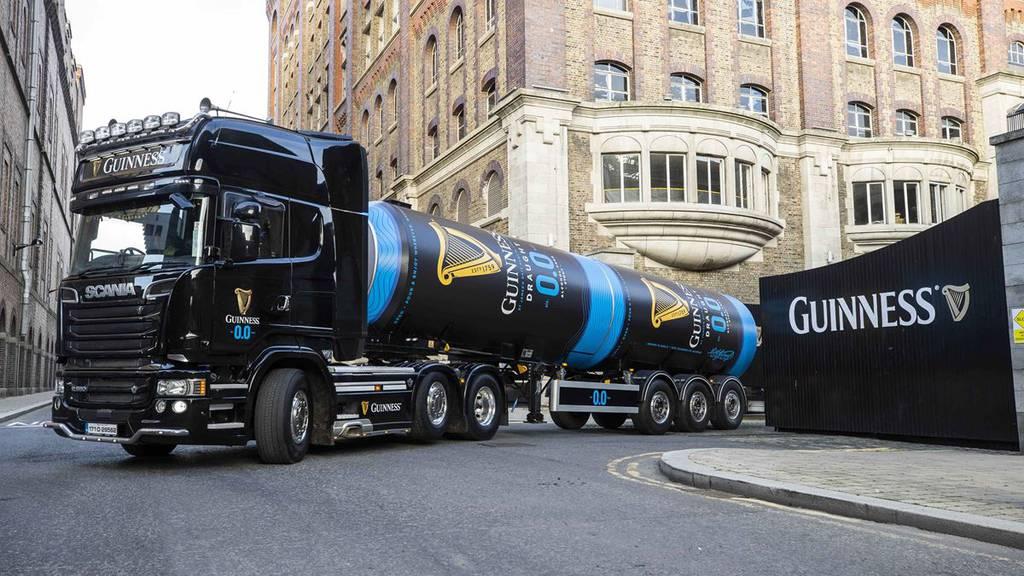 Ein erster Lastwagen mit dem Guinness 0.0 verlässt die Brauerei in Dublin.