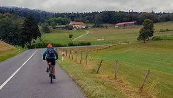 Mit dem E-Bike durch den Naturpark Jura Vaudois. Trainierte Biker können auf die elektrische Unterstützung gut verzichten. Wetterfeste Kleidung ist so oder so Pflicht.
