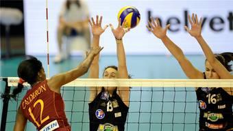 Rosir Calderon (links) von Galatasaray smasht gegen den Block von Cannes mit Nadia Centoni und Milena Rasic (rechts).