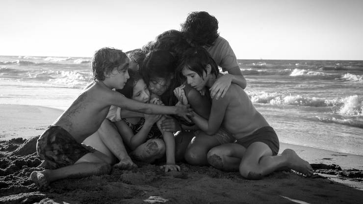 Unendliche Dankbarkeit für eine aufopferungsvolle Haushälterin: Cleo (Yalitza Aparicio, Mitte) wird von Hausherrin Sofia und deren Kinder umarmt.