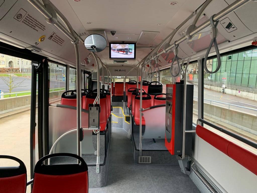 Die leuchtend roten Sitzbezüge sind stark schmutzabweisend, was den Reinigungsaufwand minimiert. (© zVg)