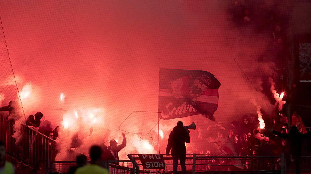 Die Kantonspolizei Bern hat am Samstag vor dem Fussballspiel zwischen dem BSC Young Boys und dem FC Sion 21 Anhänger des Walliser Klubs angehalten. Vier Personen wurden wegen Pyrotechnik und Betäubungsmitteln angezeigt. (Symbolbild)