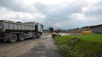 Reger Betrieb in der Deponie Weid-Banacker in Beinwil: Lastwagen um Lastwagen lädt ab. ES