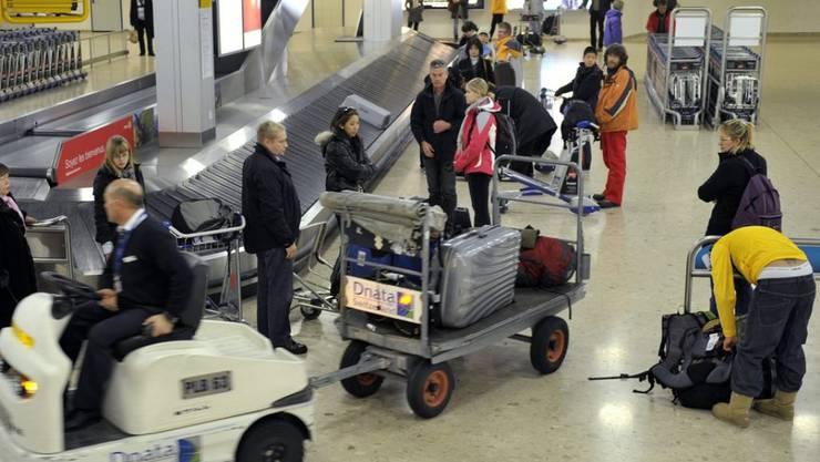 Eine technische Panne bei der Gepäcksortierung hat am Sonntag am Flughafen Genf die Geduld der Flugpassagiere strapaziert. Es kam zu Verspätungen. (Archivbild)