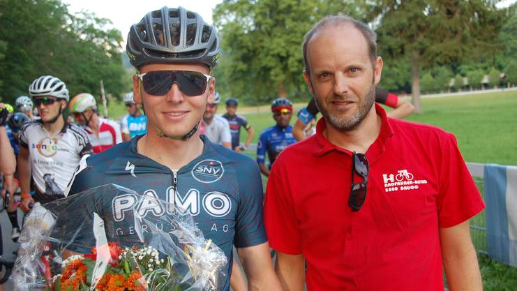 Stefan Rauber, der OK-Präsident der Brugger Abendrennen, überreichte Joel Roth für den zweiten Platz an der U-23-Schweizermeisterschaft der Mountain-Biker vom vergangenen Sonntag in Gränichen vor dem Start zum vierten Abendrennen einen Blumenstrauss. Roth fuhr in dem wegen eines Sturzes auf 21 Runden verkürzten Rennen auf den 19. Rang.