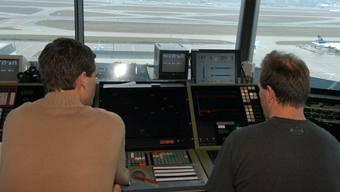Fluglotsen im Tower am Frankfurter Flughafen (Symbolbild)