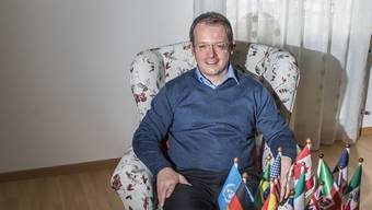 Martin Müller im weissen Haus in Villnachern. An der Wand hängt ein historisches Bild von Carouge.